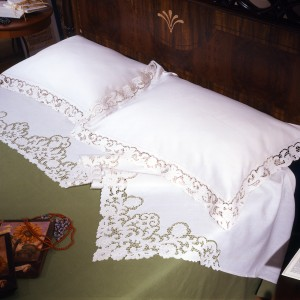 https://www.cappellinistore.com/14-thickbox/intaglio-thread-bedsheet-in-pure-linen.jpg